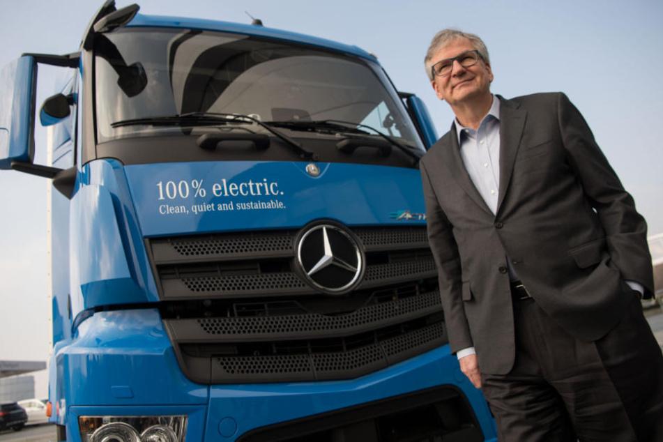 Daimlers Nutzfahrzeug-Vorstand Martin Daum (58) sieht Grenzen in der Haltbarkeit von Batterien bei Elektro-Lastwagen.