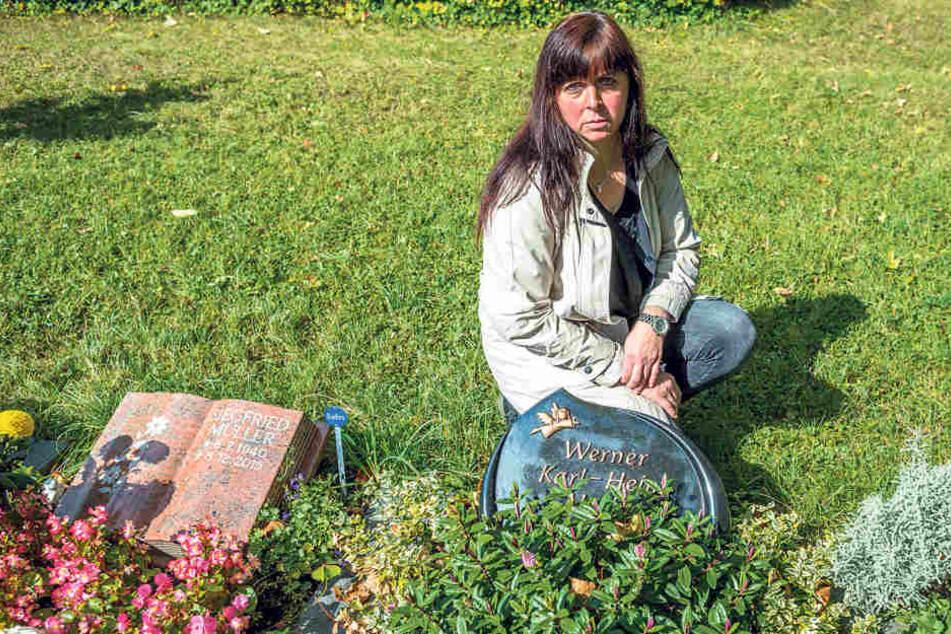 Witwe Carola Meyer (47) kämpft um den Verbleib des Grabsteins. Der ist der  Friedhofsverwaltung nicht rund genug.