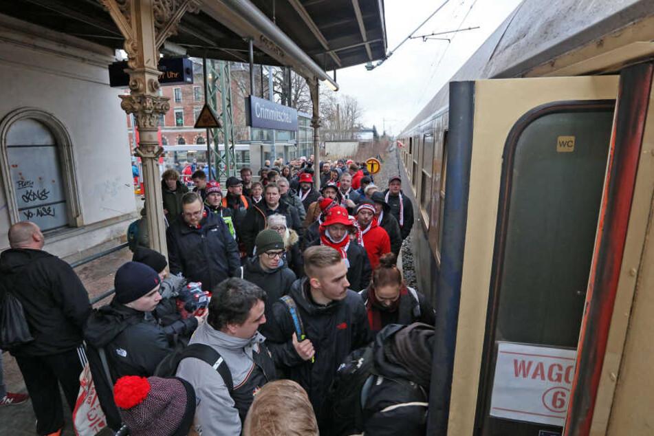 530 Eispiraten-Anhänger! Auf dem kleinen Crimmitschauer Bahnhof herrschte gestern Morgen ungewohnt reger Betrieb.