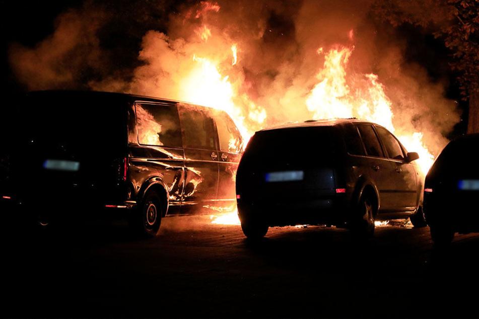 Mehrere Autos standen in Flammen.