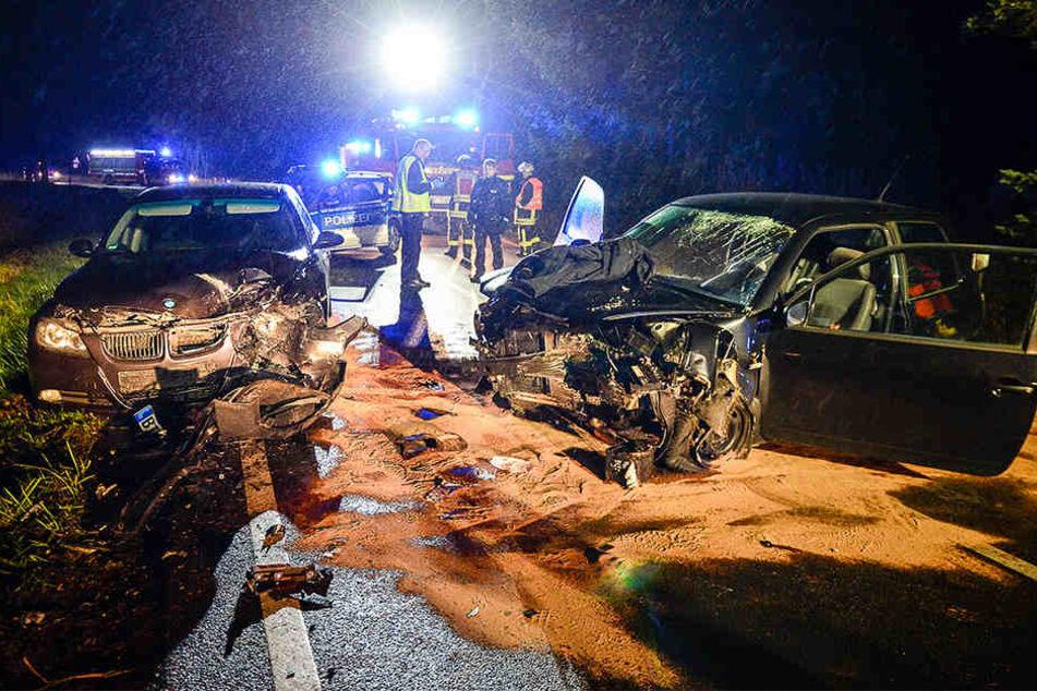 Der BMW krachte mit dem Seat zusammen. Beide Autos sind voll zerstört.