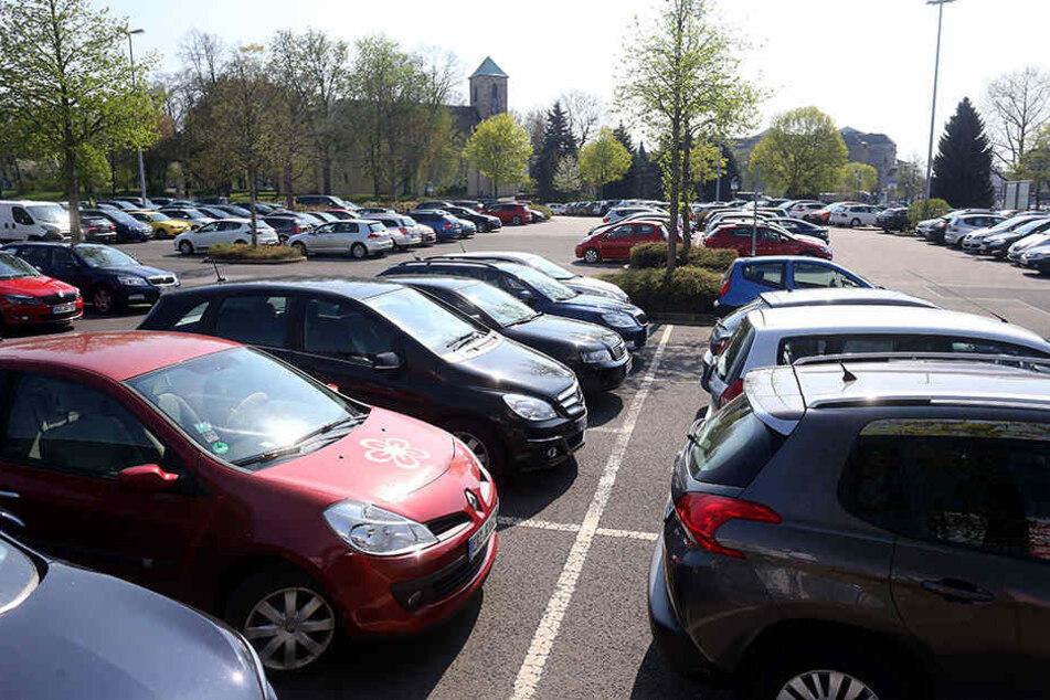 Kein Platz mehr: Autofahrer lasten den Parkplatz an der Johanniskirche derzeit zu 100 Prozent aus.