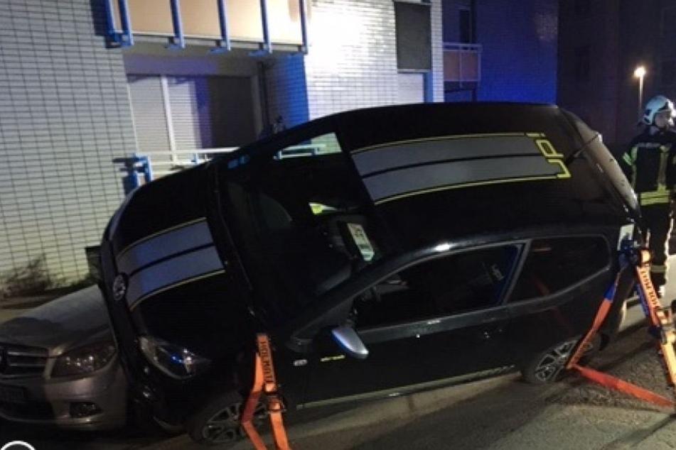 Das Auto parkte schräg auf dem anderem Unfallauto.