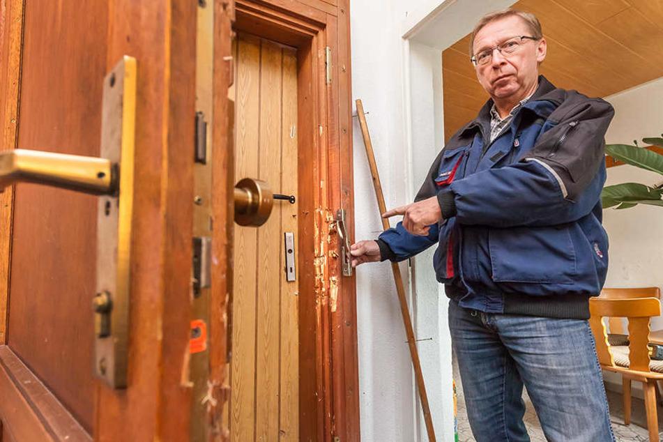 """Diese Tür brachen die Einbrecher auf: Rainer Leonhardt (60) zeigt den Schaden  am Heim der Gartensparte """"Sachses Ruh""""."""