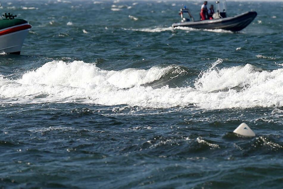 Ein Mann trieb etwa 30 Minuten leblos im Wasser.