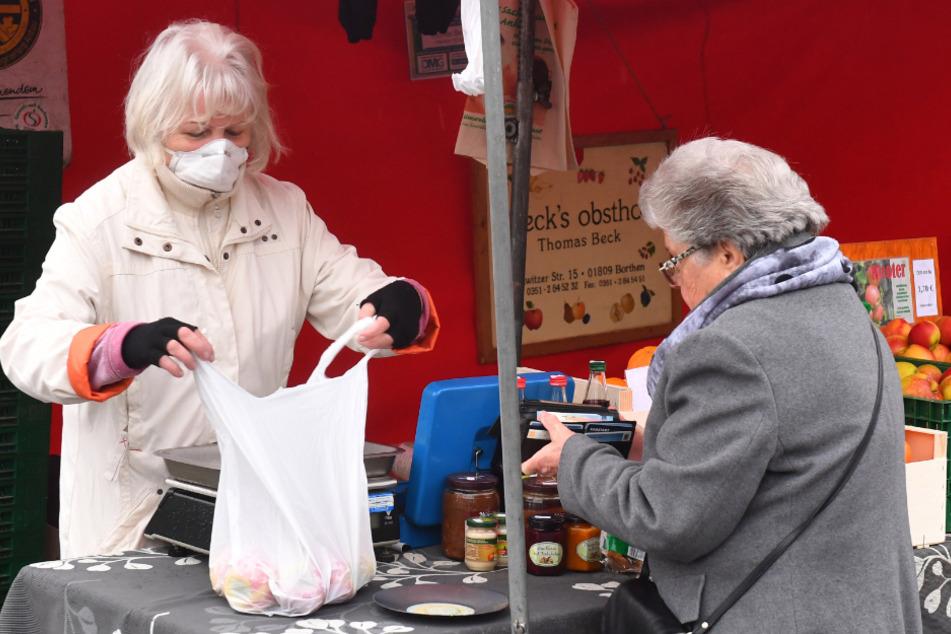 Nur sehr wenige Händler trugen einen Mundschutz wie Doris Göhler (62, Beck's Obsthof).
