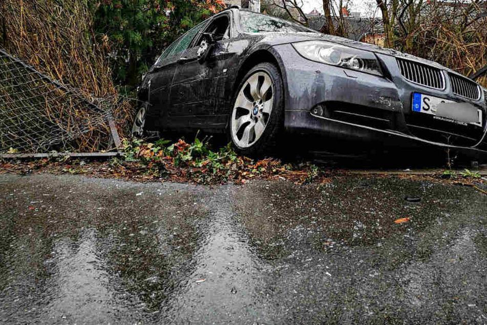Er wollte nur ausparken, dann stürzt der BMW-Fahrer mehrere Meter in die Tiefe