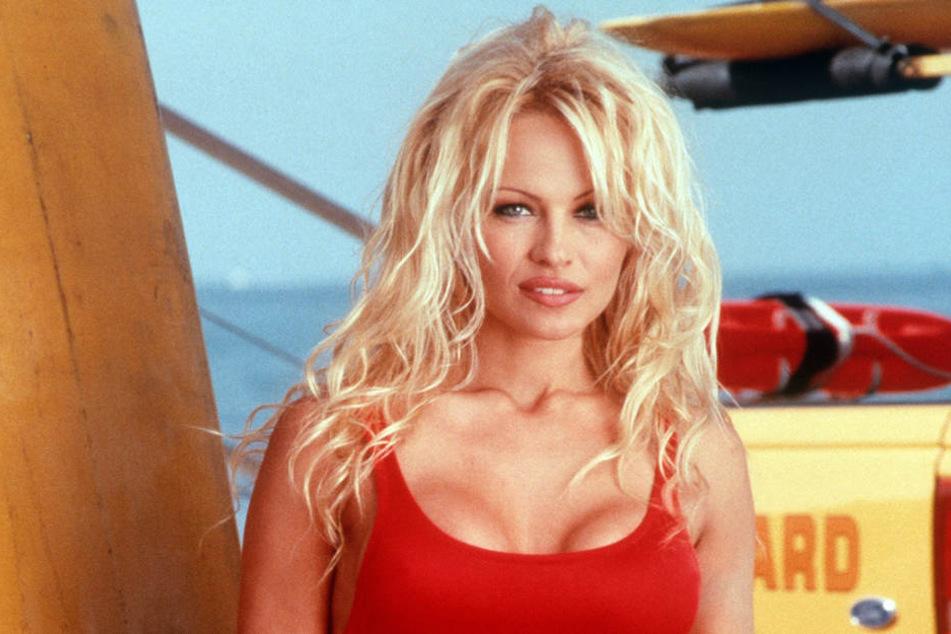 So kennen wir Pamela Anderson von früher: regelrecht natürlich im knallroten Baywatch-Badeanzug.