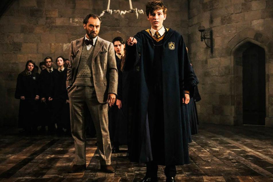 Newt Scamander (r., Eddie Redmayne) wurde von Professor Albus Dumbledore (Jude Law) bestens ausgebildet.