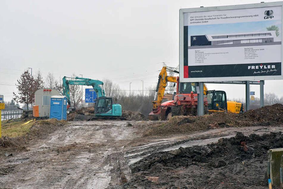 In Chemnitz-Rottluff baggern Bauarbeiter bereits an neuen Gewerbeflächen.