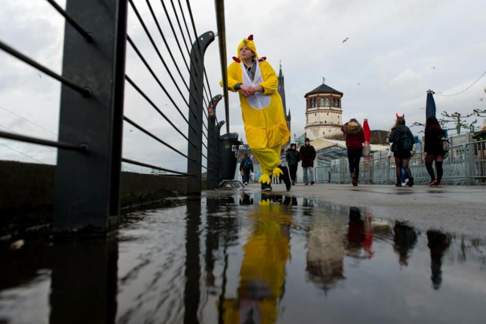 Frust herrschte bei den Düsseldorfer Jecken vor drei Jahren: Der Rosenmontagszug wurde wegen der vorhergesagten orkanartigen Böen abgesagt.