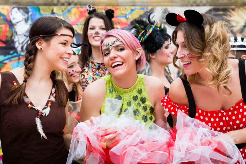 Frauen (natürlich kostümiert) beim Karneval-Feiern.