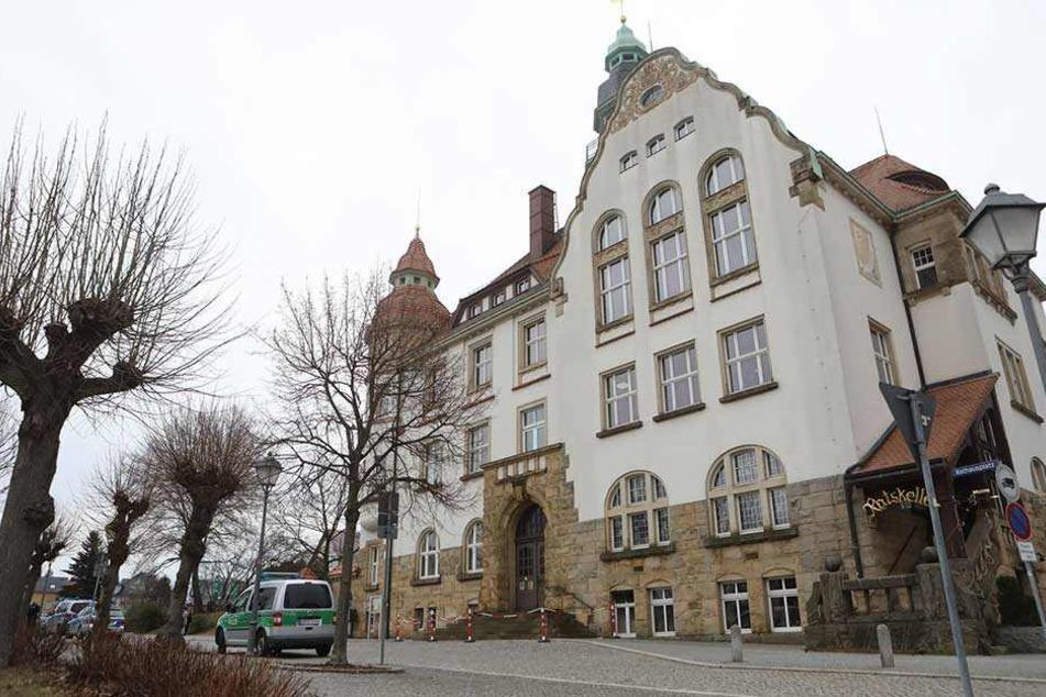 Vor dem Rathaus von Großröhrsdorf stehen mehrere Streifenwagen. Das Gebäude wurde geräumt.