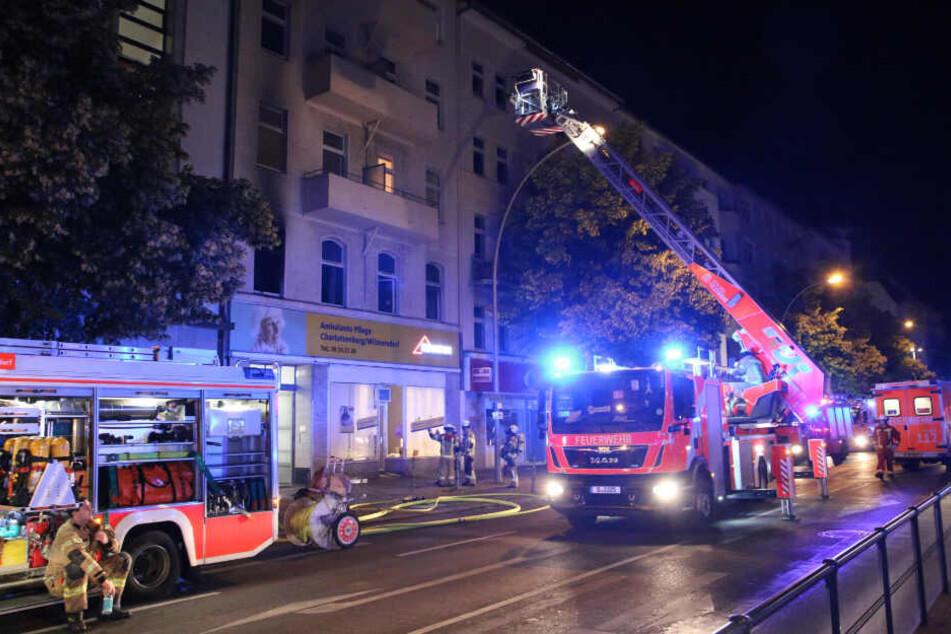 Die Feuerwehr ist im Einsatz in der Berliner Straße in Wilmersdorf.