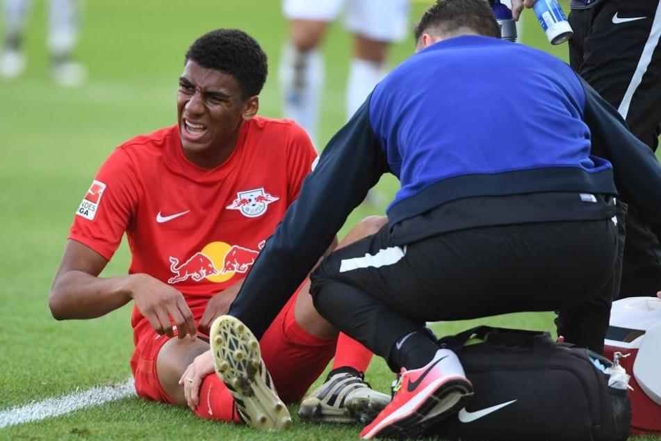 Bernardo sitzt mit schmerzverzerrtem Gesicht auf dem Rasen in Darmstadt, wo er sich am Sonnabend schwer am Knie verletzte.
