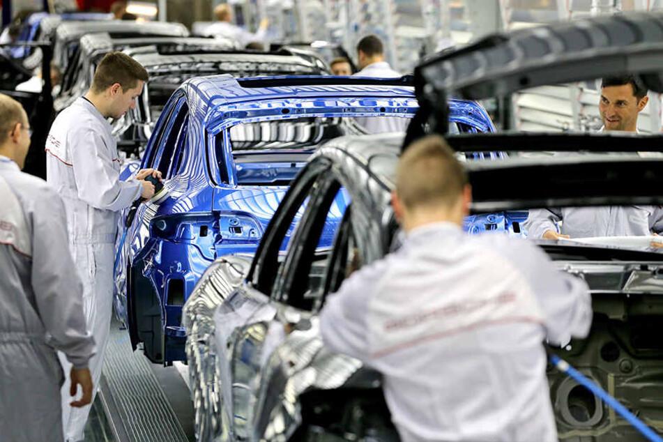 In die Statistik fließen auch die vergleichsweise gut bezahlten Jobs in der Automobilindustrie ein, hier bei Porsche in Leipzig.