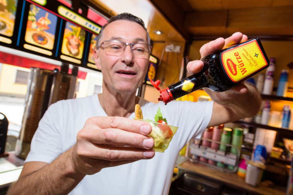 Uwe Hoffmann zeigt in seinem Eiscafé Favretti in Saarbrücken sein würziges Maggi-Eis, das er mit Tomate, Basilikum, Liebstöckel und Salzcracker serviert.