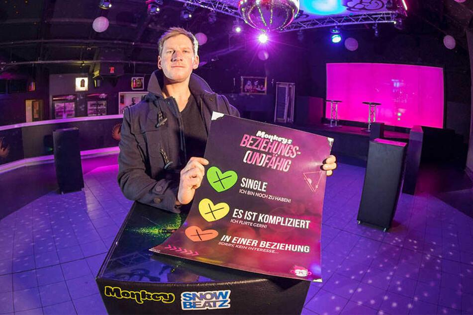 Disco-Betreiber Patrick Weigel (37) mit dem Plakat seiner Partyreihe.