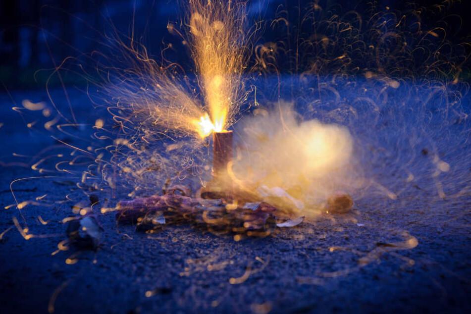 Der Böller explodierte vor dem Gesicht der Frau. (Symbolbild)