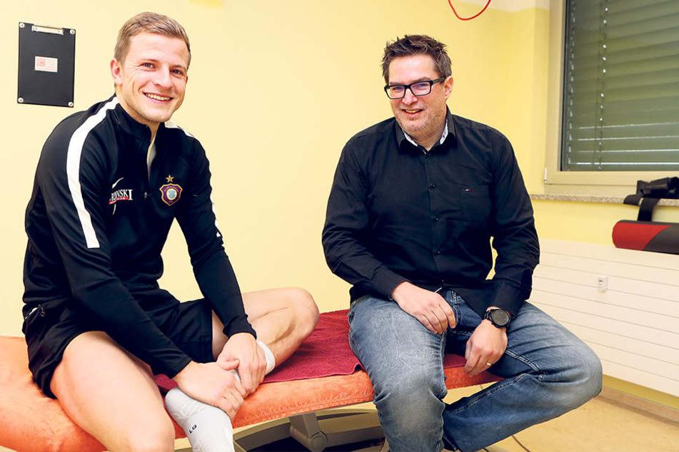 Besuch zur Reha in Leipzig: FCE-Stürmer Nicky Adler (l.) und Sportredakteur Thomas Nahrendorf.
