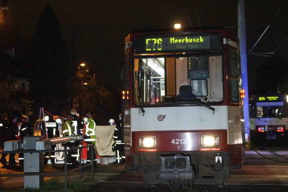 Die Frau (84) wurde durch den Zusammenstoß mit der Bahn auf den Boden geschleudert.