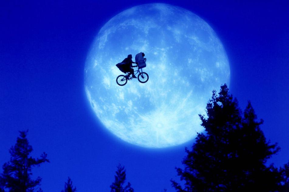 Elliott fliegt mit seinem Freund E.T. am Mond vorbei.