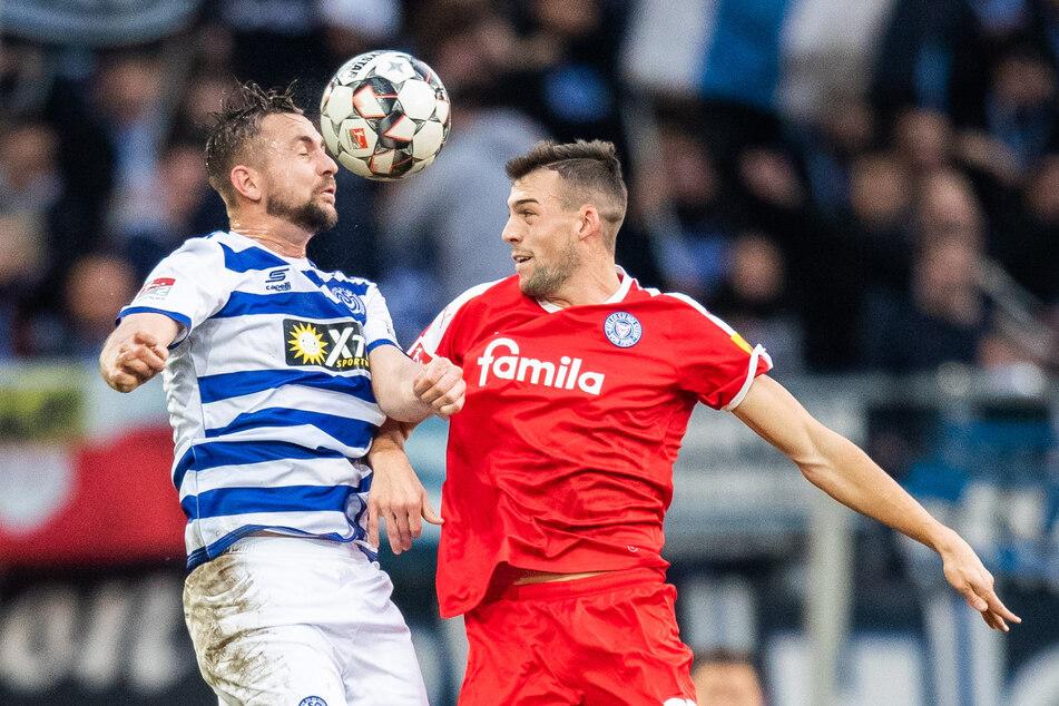 HSV-Neuzugang Jonas Meffert (26, r.), hier noch im Trikot von Holstein Kiel, hält sich selbst für einen Teamplayer. (Archivfoto)