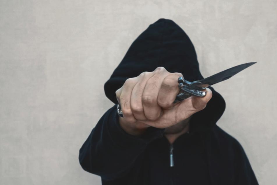 Chemnitz: Döbeln: Jugendlicher bedroht Gruppe mit Messer, verletzt Mann (21)