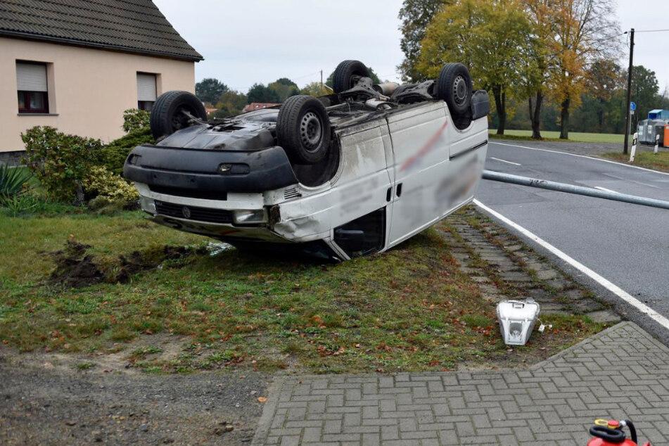 Am Ende blieb der VW Transporter auf dem Dach liegen.