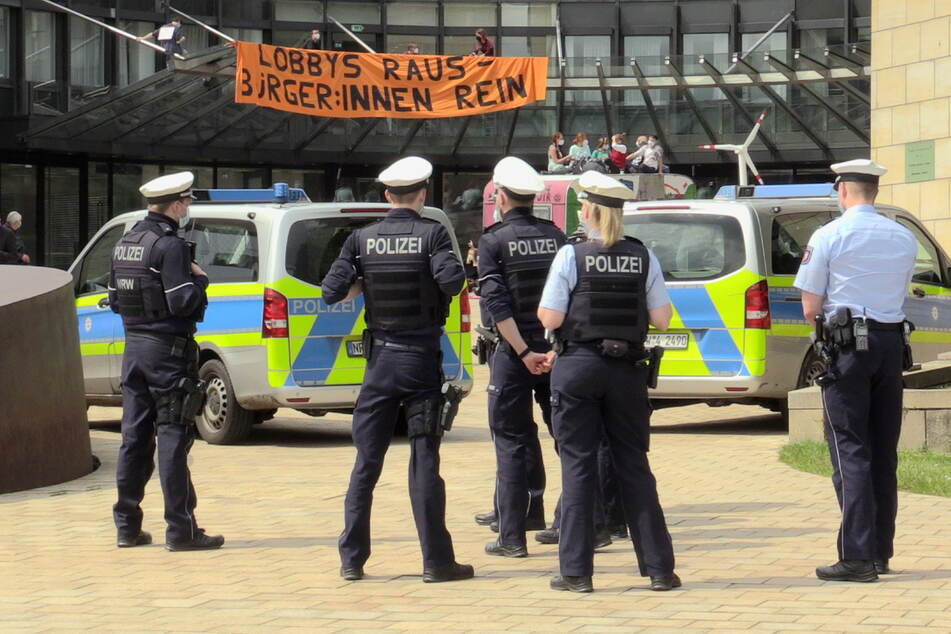 Nach mehreren Stunden hatte die Polizei den Platz geräumt und die Personalien der Demonstranten aufgenommen.