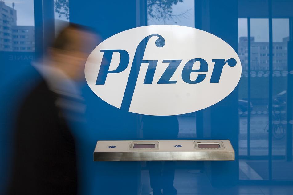 Der Pharmakonzern Pfizer hat das Auslieferungsziel bei seinem Corona-Impfstoff in diesem Jahr nach eigenen Angaben unter anderem wegen Verzögerungen beim Ausbau der Lieferkette halbieren müssen.