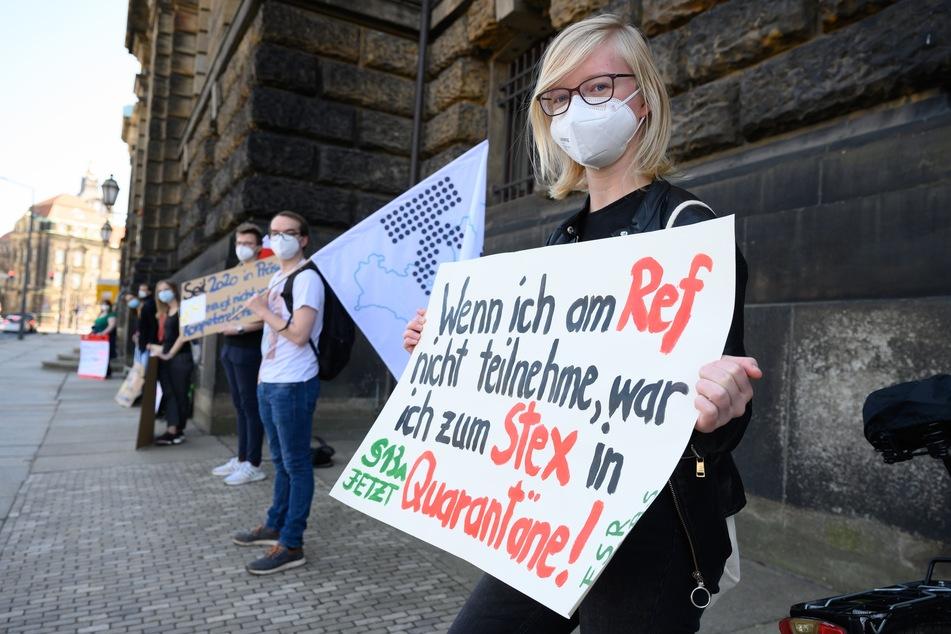 Examenskandidierende des Lehramtes stehen während einer Kundgebung im März dieses Jahres vor dem Sächsischen Kultusministerium in Dresden. Die Studenten fordern das Entfallen der bildungswissenschaftlichen Klausur als Teil des Lehramt-Staatsexamens.