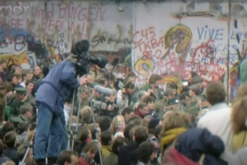 """Wie hat sich das (DDR-)Leben seit 1989 – dem Jahr des Mauerfalls – verändert? Hat sich eine DDR-""""DNA"""" entwickelt? Die Doku """"Wer wir sind – Die DNA des Ostens"""" versucht, die Antwort darauf zu finden."""