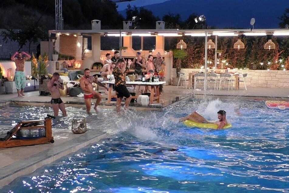 """Bei einer ausschweifenden Pool-Party in Folge 3 ließen """"Prince Charming"""" Alex (30) und seine Jungs es ordentlich in der Villa krachen."""