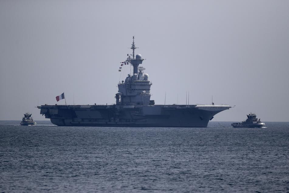 Der französische Flugzeugträger Charles de Gaulle erreicht am Ostersonntag die Bucht von Toulon. Das Verteidigungsministerium teilte in einer Erklärung mit, dass rund 40 Seeleute Symptome des neuartigen Coronavirus zeigten.
