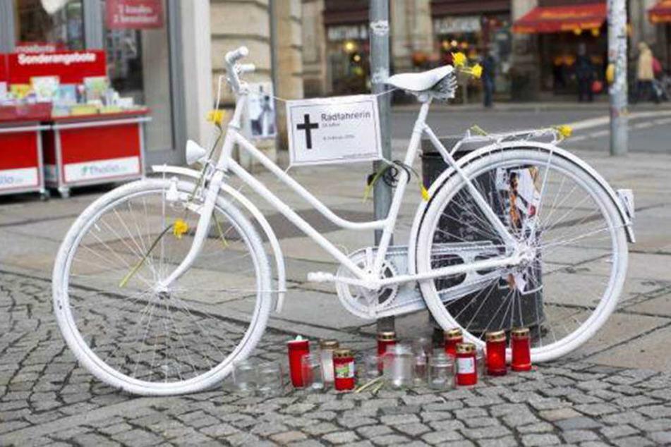 """Das """"Ghost Bike"""" an der Ecke Bautzner/Rothenburgerstraße. Hier verunglückte im Februar 2016 eine Radfahrerin tödlich."""