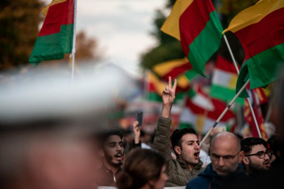Kurden demonstrieren in Duisburg gegen die Militäroffensive der Türkei.
