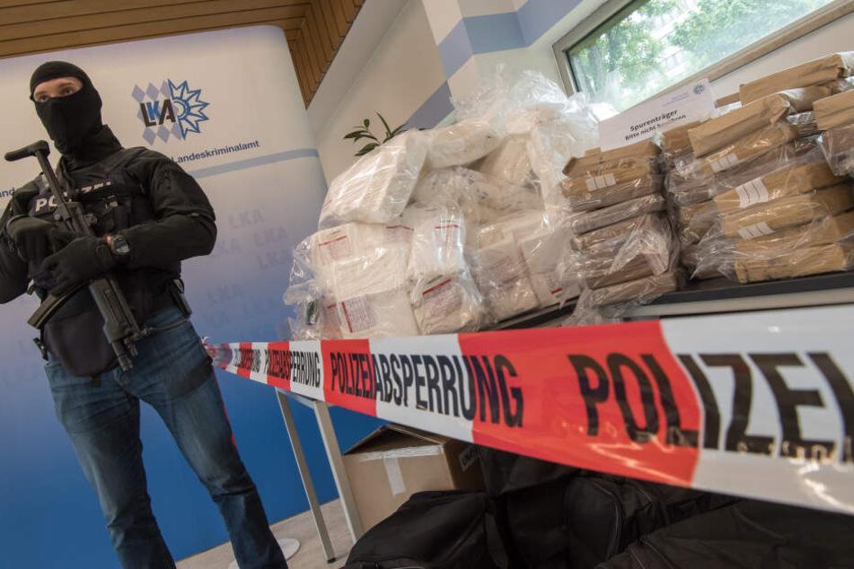 In Fürth haben sich auf Einladung des bayerischen Landeskriminalamtes Fahnder aus 22 Ländern getroffen, um die internationale Zusammenarbeit im Kampf gegen die Rauschgiftkriminalität zu verbessern.