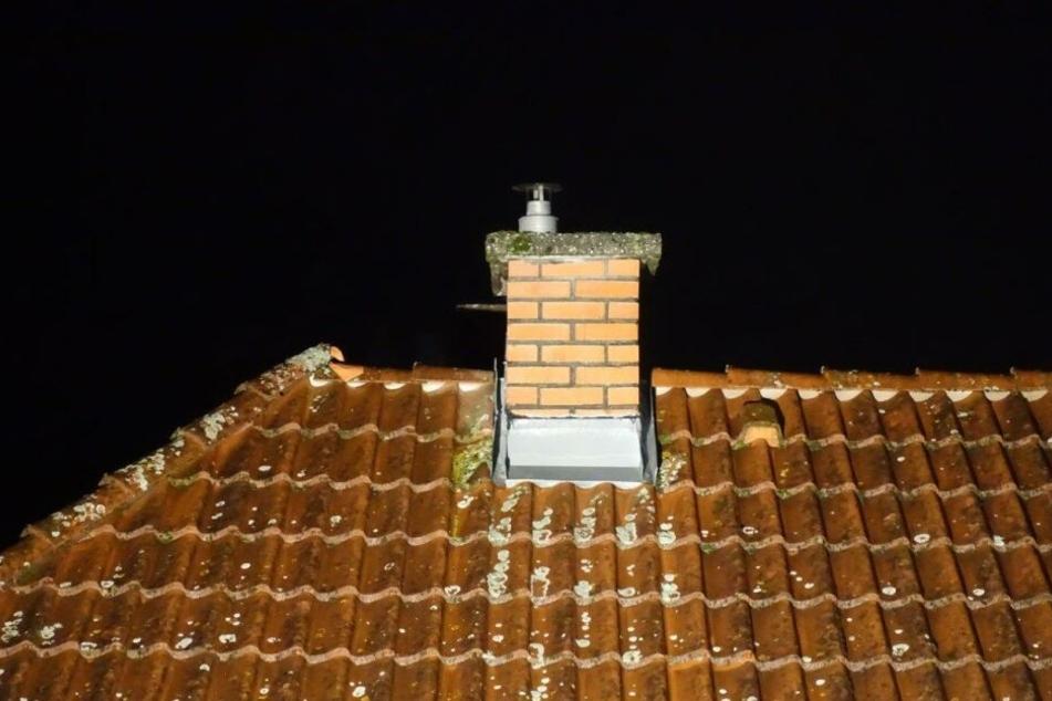 Der Mann flüchtete aufs Dach und setzte sich auf den Schornstein. (Symbolbild)