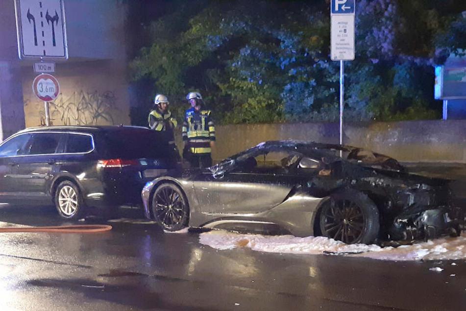 Der BMW i8 wurde durch das Feuer zerstört, der Schaden soll 150.000 Euro betragen.