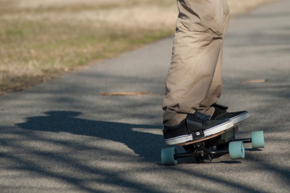 13-Jähriger stürzt mit Elektro-Skateboard: Schwere Kopfverletzungen