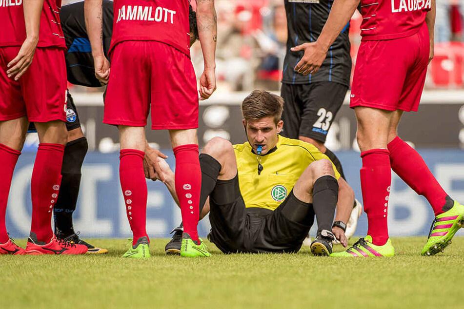 In der 90. Minute kam Schiri Markus Wollenweber zu Fall und zog die Rote Karte für Jens Möckel.