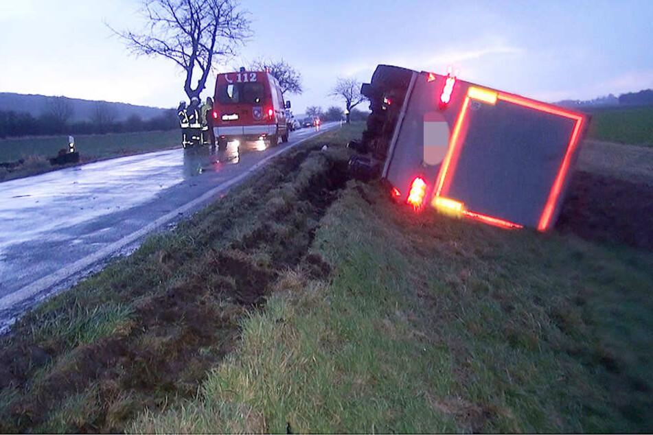 Der Lkw war umgekippt und auf der Seite liegengeblieben.