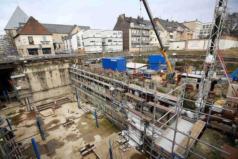 Am 3. März 2009 stürzte das Kölner Stadtarchiv ein, die Restaurierung wird mindestens noch 30 Jahre dauern.