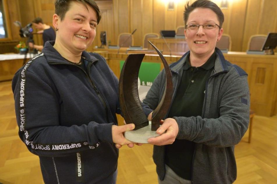 Sabrina Jäger und Jacqueline Drechsler (beide 41, v.l.) vom Verein Different People wurden Freitagabend mit dem Chemnitzer Friedenspreis geehrt.