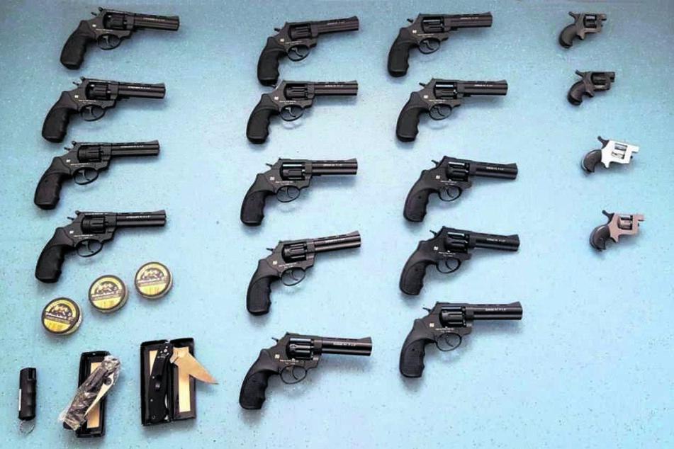 Ein Fang der Bundespolizei von der A17 in Berggießhübel Ende Juni. Die Waffen  und die Munition sind echt.
