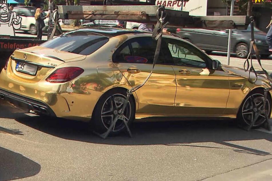 Der goldene Mercedes reflektiert einfallendes Licht und könnte andere Verkehrsteilnehmer blenden.
