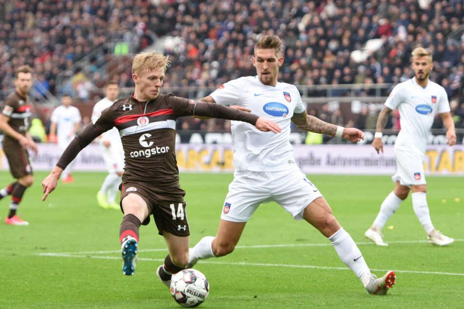 Mats Möller Daehli (links) kämpft mit Heidenheims Robert Andrich um den Ball.
