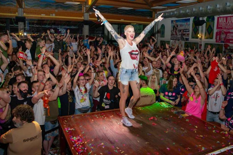 """Rambazamba an der Rampe - So kennt man Melanie Müller nicht nur in den Party-Clubs auf """"Malle""""."""