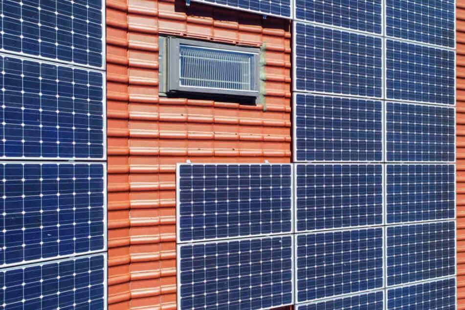 Die Photovoltaikanlage machte es den Einsatzkräften besonders schwer. (Symbolbild)